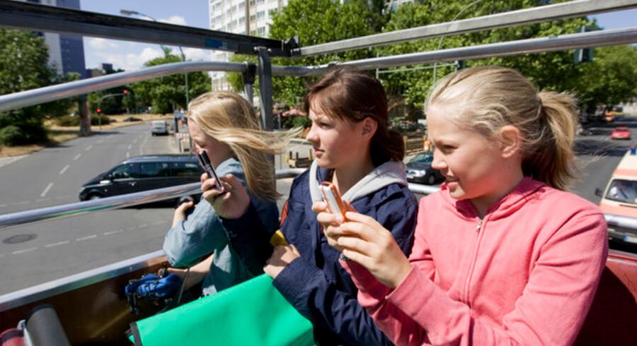 Fra juli tvangssænkes priserne på at bruge data fra mobiltelefonen i udlandet. Foto: Colourbox