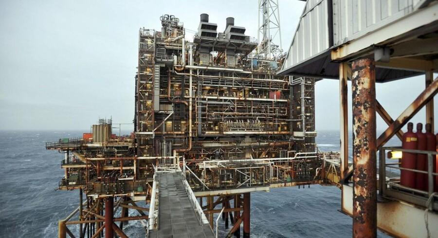 Prisen på olie er blevet ved med at falde de seneste otte uger. Det rammer blandt andet det britiske olieselskab BP, der har været nødt til at fyre en masse medarbejdere.