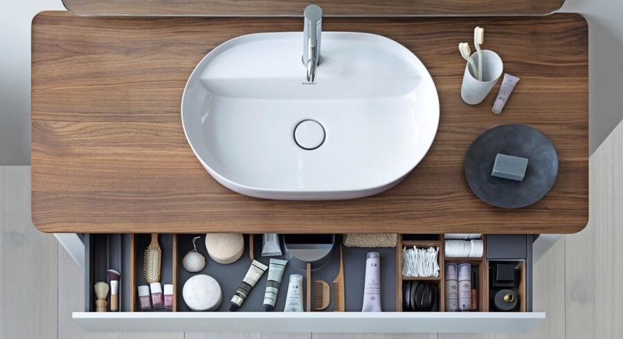 Den danske topdesigner Cecilie Manz har skabt en badeværelsesserie for Duravit, der har fået navnet Luv. Hun fortæller: »Da jeg begyndte at skitsere på mine design for Duravit, så jeg for mit indre øje en skål fyldt med vand på et bord.« Det billede blev inspirationen til serien, der byder på helt nye designmuligheder til større badeværelser og til gæstebadeværelser. De ovale håndvaske har smukke linjer, et rummeligt bassin og rene kanter. De fås i tre forskellige størrelser til placering på en bordplade. Håndvaskene fås med udvendig satinmat porcelænsoverflade i hvid, grå eller sand, som står i kontrast til den skinnende hvide indvendige skål. Luv håndvask fra Duravit, 6.282 kr.