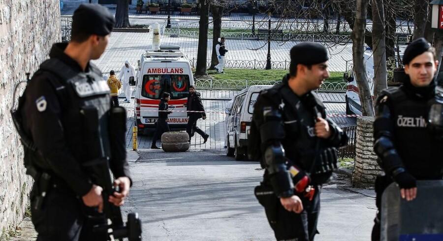Politibevogtning efter eksplosion i Istanbul tirsdag.