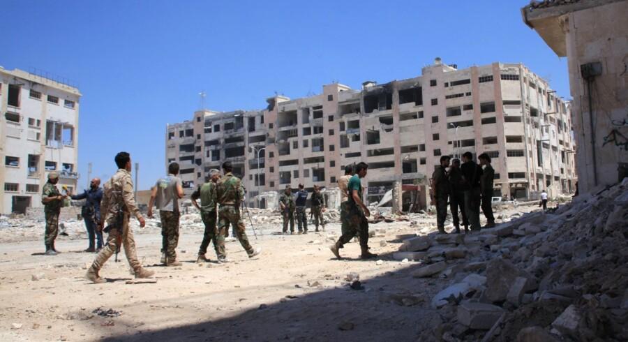 - Der er over 300.000 mennesker fanget af belejringen af Aleppo, og denne gør det umuligt at genoptage fredsforhandlingerne, siger Frankrigs udenrigsminister, Jean-Marc Ayrault, og hans britiske modpart, Boris Johnson. Scanpix/George Ourfalian