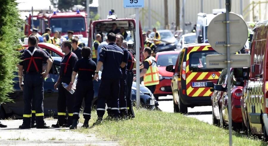 En person er død og flere er såret efter et angreb på en fabrik nær Lyon i Frankrig. Den omkomne er efter sigende blevet halshugget på stedet og gerningsmanden er blevet set med et flag fra terrororganisationen Islamisk Stat.