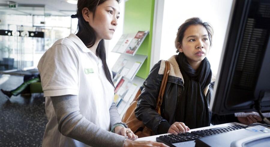 Mange kommuners borgerservicemedarbejdere hjælper folk med at komme i gang med digital selvbetjening, for der er store penge at spare, hvis folk dropper papirblanketterne. Arkivfoto: Camilla Rønde, Scanpix