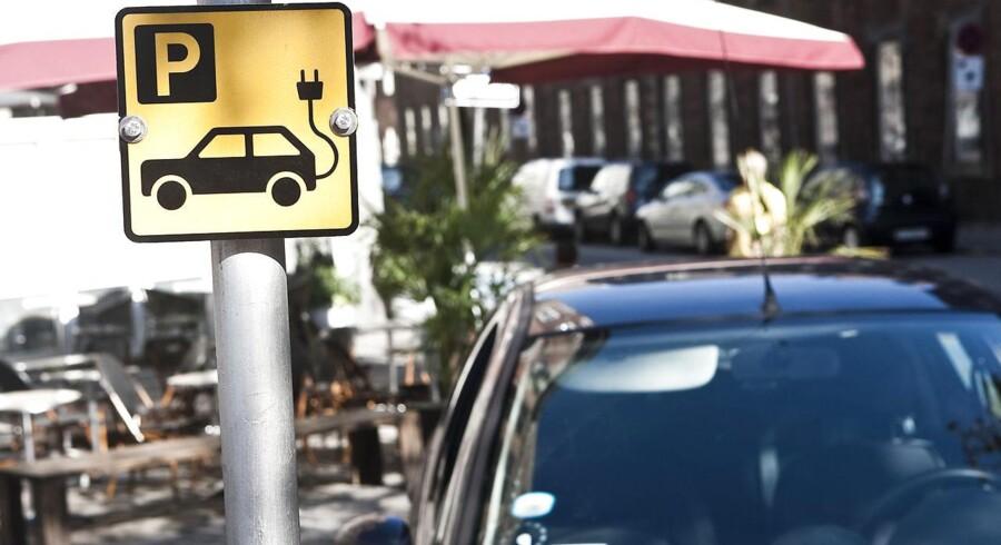 En parkeringsvagt er blevet tilkendt tre millioner kroner i erstatning i en principiel sag om seksuel chikane.