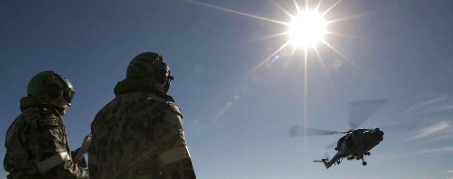 To australske soldater kigger på, at en kollega flyver ud for at søge efter det forsvundne MH370.
