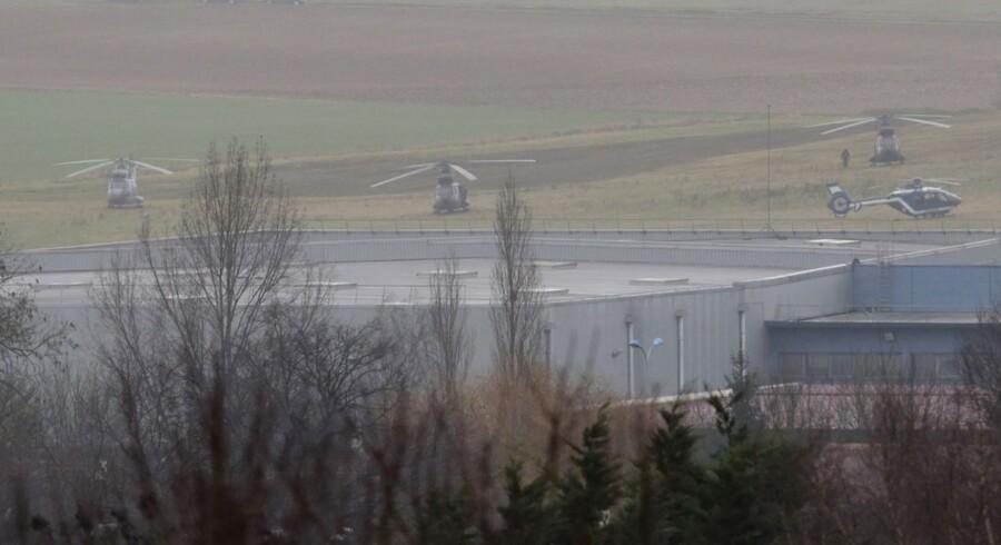 Helikoptere ved en bygning i Dammartin-en-Giele, hvor en gidselsituation udspiller sig.