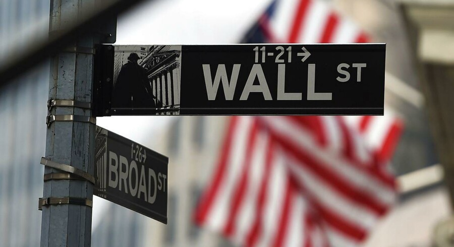 Store fald på de amerikanske aktiemarked fredag. De store dyk over hele verden sket ifølge aktieeksperter hovedsageligt som en konsekvens af en frygt for en økonomisk tilbagegang anført af Kina.