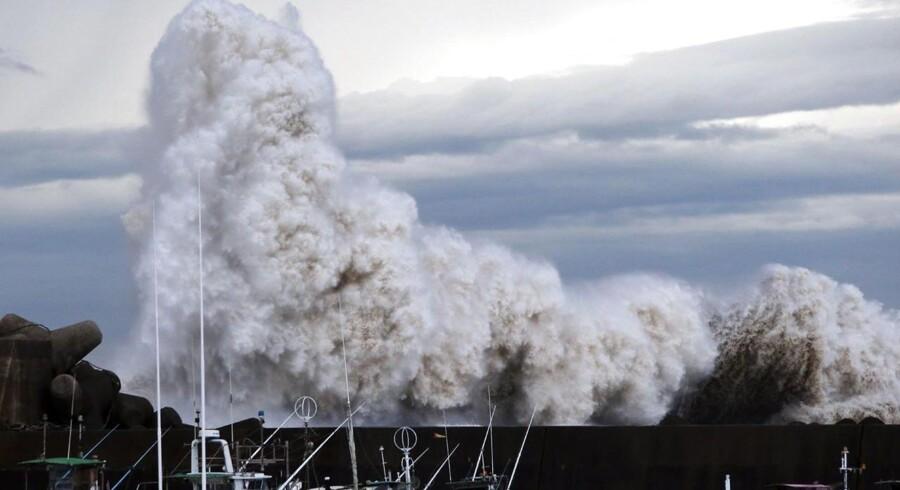 200.000 hjem er blevet evakueret pga. den voldsomme tyfon, der har ramt Japan. Tyfonen har blandt andet medført kraftig regn og 700 indenrigs- og udenrigsflyvninger blev aflyst. En amerikansk soldat er omkommet, mens yderligere to er forsvundet.