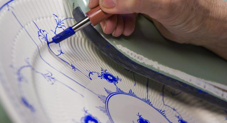 Kapitalfonden Axcels plan om at sælge designvirksomhederne Royal Copenhagen og Georg Jensen hver for sig har trukket i langdrag.  På billedet lægges der en sidste hånd på en enkeltriflet musselmalet tallerken.