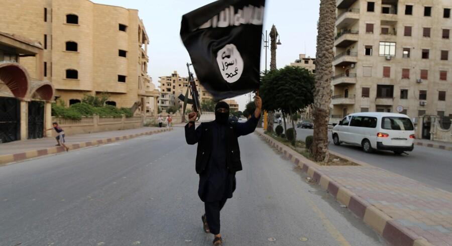 En kriger fra Islamisk Stat i den syriske by Raqqa, som islamisterne har magten over. En dansk ekspert mener, at de danskere, der tager ned og kæmper for IS, skal skræmmes med kampagner om risikoen for at dø på slagmarken. Arkivfoto: Reuters
