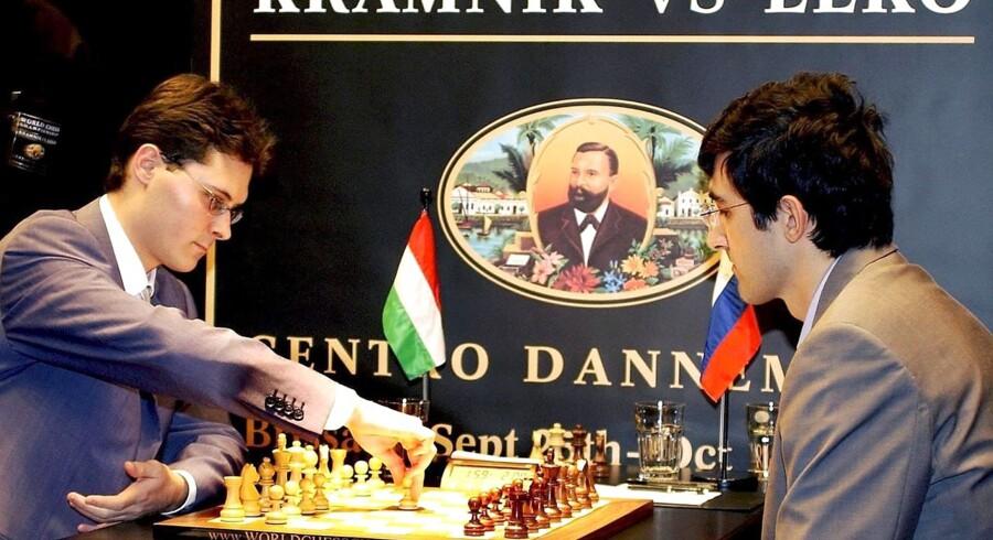 2004: Ungarnske Peter Leko (tv.) mod Vladimir Kramnik under verdensmesterskabet i Brissago, Schweiz