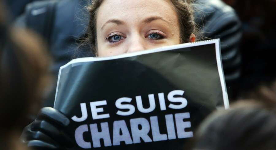 En kvinde holder et skilt om med »Je suis Charlie« under den store march den 11. januar i Paris.