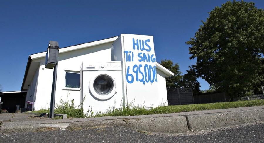 Selvom der er bedring på boligmarkedet, ender det stadig ulykkeligt for rigtig mange familier, der må gå fra hus og hjem. Fra maj til juni steg antallet af huse solgt på tvangsauktion.