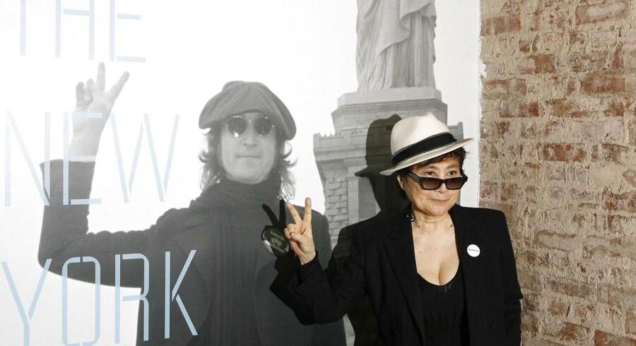 Yoko Ono - her ved åbningen af en tidligere udstilling med John Lennon - var selv med ved 75-års mindekoncerten i Madison Square Garden lørdag.