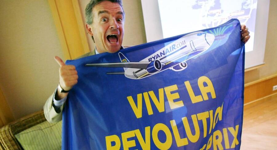 Ryanairs kontroversielle topchef, Michael O'Leary føjer en endu et kapital til luftfartens lavpriskrig med en udmelding om, at det irske selskab vil sætte billetterne ned med 10-15 pct. over de kommende to år.