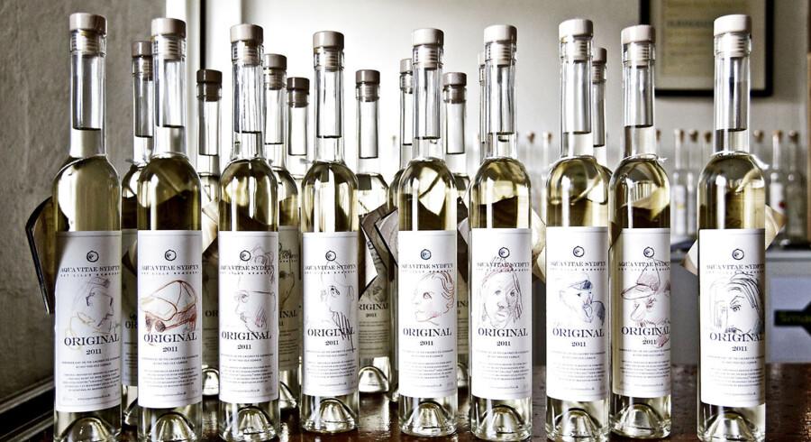 Når Aqua Vitae Sydfyn siger, at der er unikke kunstværker på deres Original 2011, mener de det. Alle 500 flasker har hver sin tegning af den fynske kunstner Ole Lejbach på etiketten.