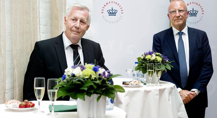 Henrik Dam Kristensen overdrager til Jørgen Neergaard Larsen.