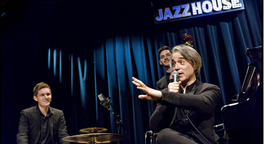 Niels Lan Doky i Jazzhouse sammen med trommeslageren Niclas Bardeleben og bassisten Jonathan Bremer.