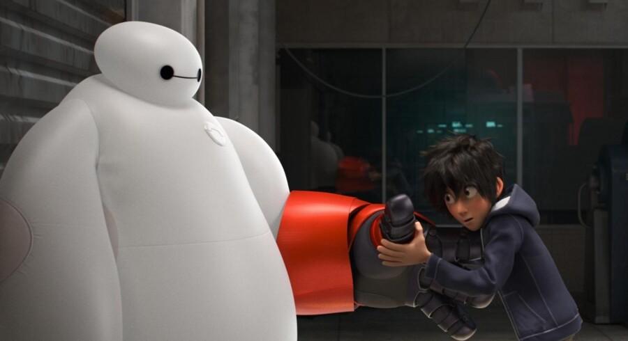 Baymax og Hiro bliver grundstammen i et nyt superhelteteam ved navn »Big Hero 6«. Foto: PR