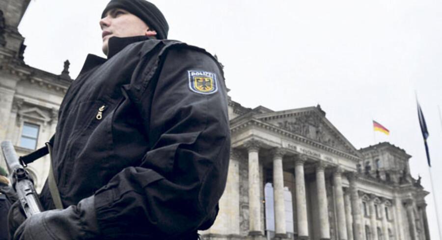 Svært bevæbnet politi holder vagt uden for Rigsdagen.