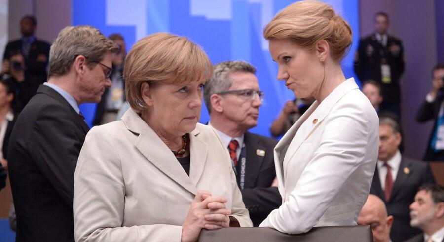 Thorning og Merkels politiske linjer har visse lighedstræk, bemærker danske medier i dag. Her ses de to regeringschefer under et NATO-topmøde i 2012.