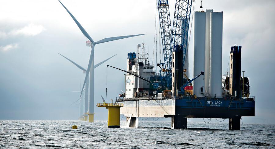 Danmark producerer kun lige nok energi til eget forbrug. Mens Danmark producerer mere vedvarende energi, falder produktionen af olie, kul og naturgas. Vindmøller, solceller og andre vedvarende energikilder er afgørende for, at Danmark fortsat er selvforsynende med energi. Det viser nye tal fra Danmarks Statistik. Tidligere havde Danmark et væsentligt overskud af energi fra produktionen af kul, råolie, naturgas, vindkraft og andre vedvarende energikilder. Men i 2013 kunne Danmarks energiproduktion kun netop dække vores samlede forbrug af energi.De seneste år er der pumpet mindre olie og naturgas op af den danske undergrund, mens der er sket en stigning i produktionen af vedvarende energi. Produktionen af vedvarende energi udgjorde i 2013 19, 1 procent af den danske energiproduktion.