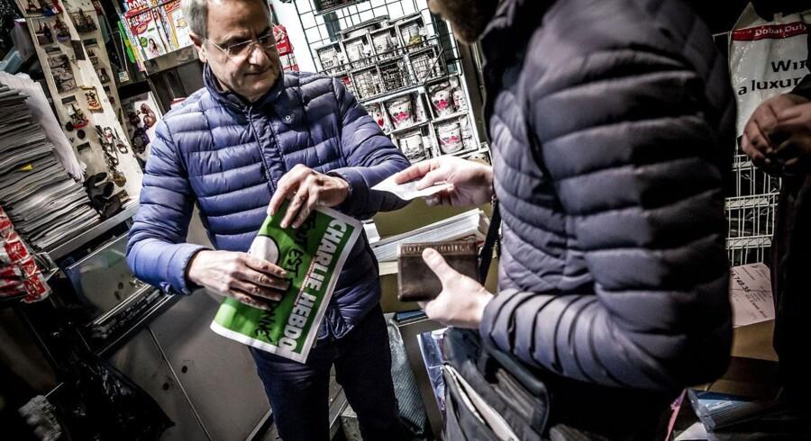 Avissælgeren her plejer kun at bestille fem eksemplarer af Charlie Hebdo om ugen. Onsdag morgen var der kø langt hen ad gagen for at få fingre i et eksemplar.