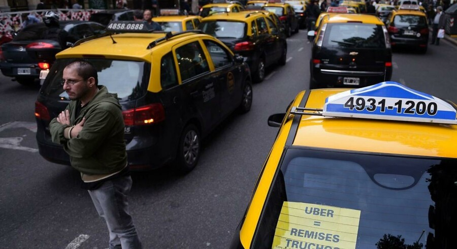Taxier blokerer Mayo Avenue i Buenos Aires i en protest mod Uber.