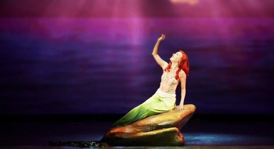 """Disney-heltinde: Kristine Yde fører an i Fredericia Teaters veloplagte og visuelt frapperende musical """"Den lille havfrue"""". Foto: Søren Malmose."""