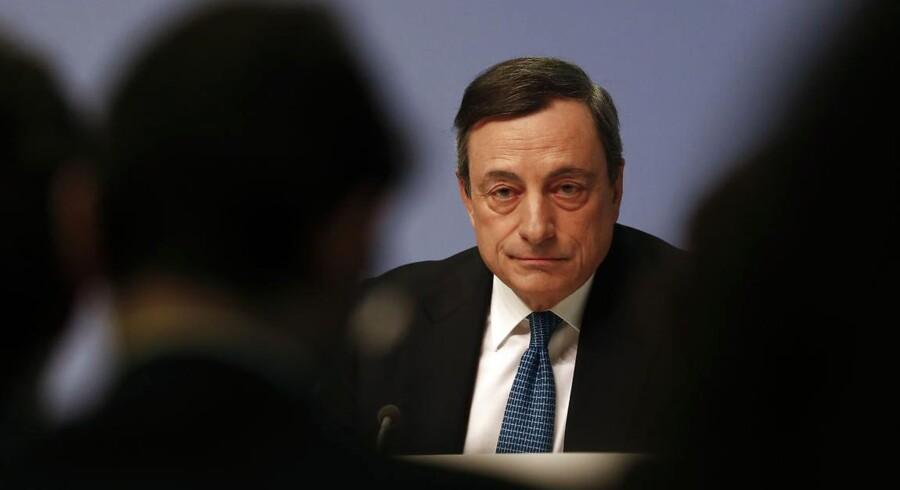 Chefen for Den Europæiske Centralbank, Mario Draghi, varsler på sit pressemøde torsdag, at renterne vil forblive på det nuværende niveau i mindst et år fremover.