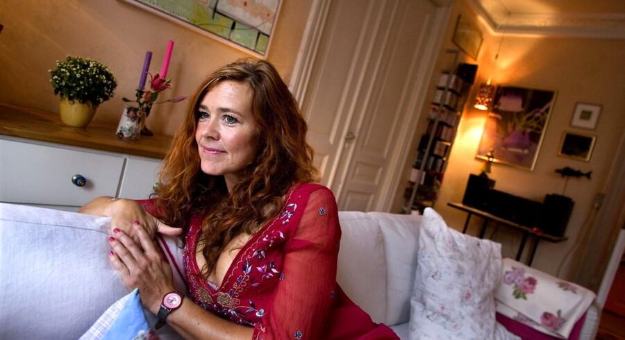 - Der er ingen tvivl om, at det vil give pote at udgive flere af den slags noveller som e-bøger, siger sexologen Joan Ørting - her i hendes lejlighed i København.