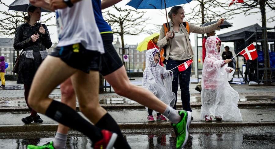 Man behøver ikke træne sig op til at løbe et maraton, før motionen gavner ens sundhed. Få minutters intens træning kan også modvirke fedme og forbedre ens kondition, viser ny amerikansk undersøgelse.