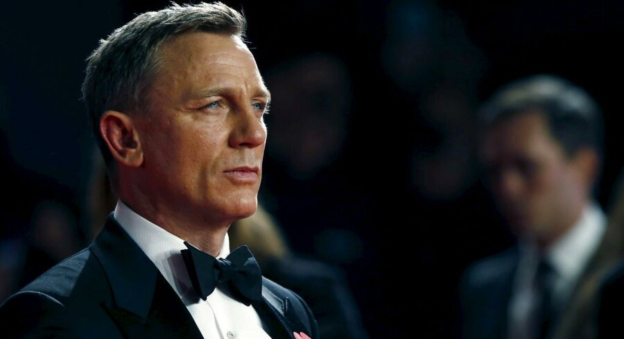 """Daniel Craig poses for photographers as he attends the world premiere of the new James Bond 007 film """"Spectre"""" at the Royal Albert Hall in London, Britain, October 26, 2015. REUTERS/Luke MacGregor"""