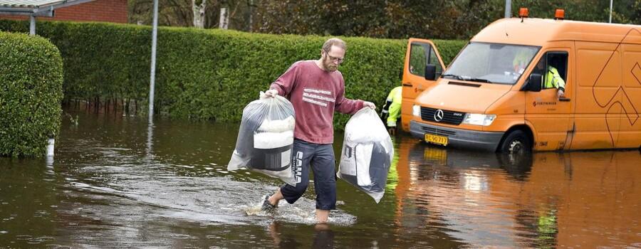De store regnmængder har oversvømmet dele af Elling by nord for Frederikshavn. Den lille Elling å er svulmet op og husene tæt på den er evakueret. Her er det oversvømmede kvarter ved Vestergårdsvej fredag formiddag. En beboer i et oversvømmet hus flytter nogle af familiens ejendele