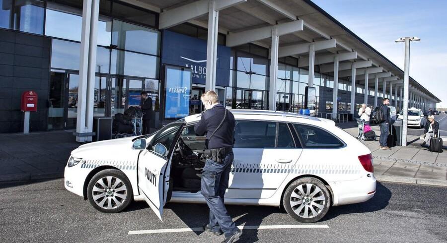Efter terrorbomberne i Bruxelles tirsdag formiddag har politiet i Nordjylland sat yderligere patruljer af til Aalborg Lufthavn. Her ses en betjent ved 10.30 tiden.
