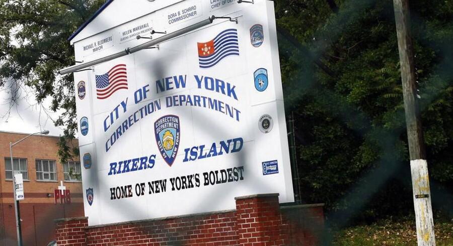 Indkørslen til Rikers Island-fængslet i New York, hvor den danske pædagogstuderende sidder fængslet.