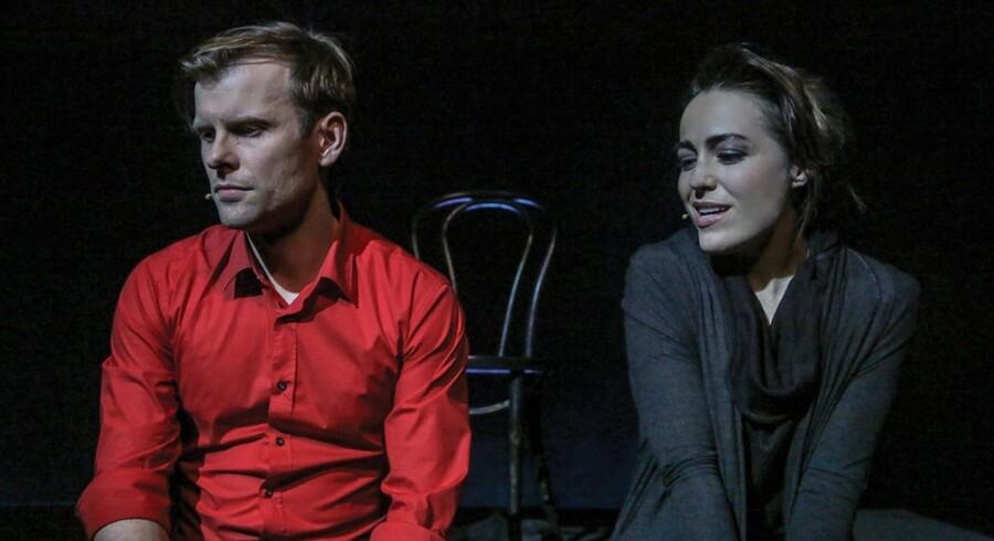 Christian Berg vokser ind i rollen som ham, mens Maria Lucia Heiberg Rosenberg folder hele sit store talent ud som hende i Det Ny Teaters anderledes parforholds - og kammermusical »The Last 5 Years«. Foto: Det Ny Teater