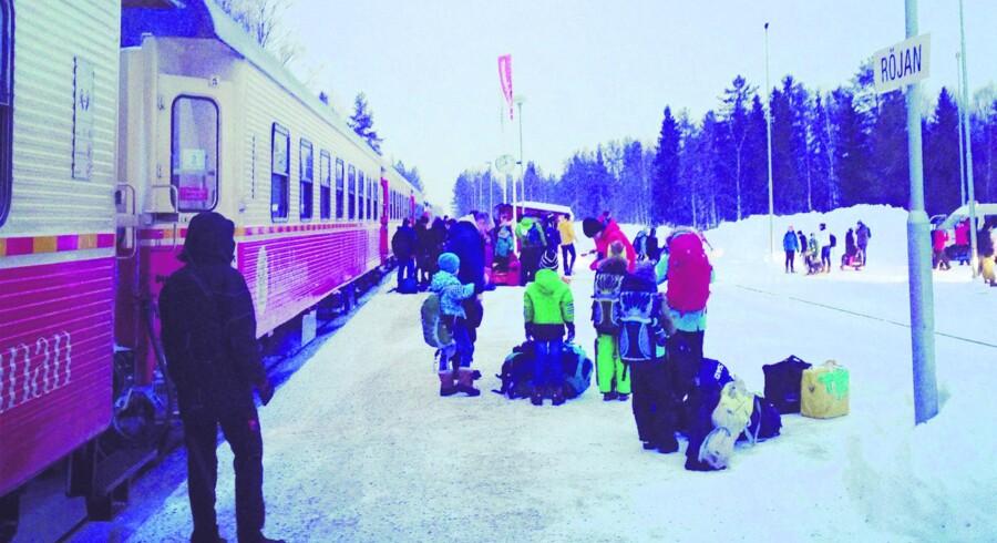 Man stiger direkte ud i sneen fra Snälltåget, klar til at indtage løjperne – dog skal man lige med bus det sidste stykke til skiferiedestationen.