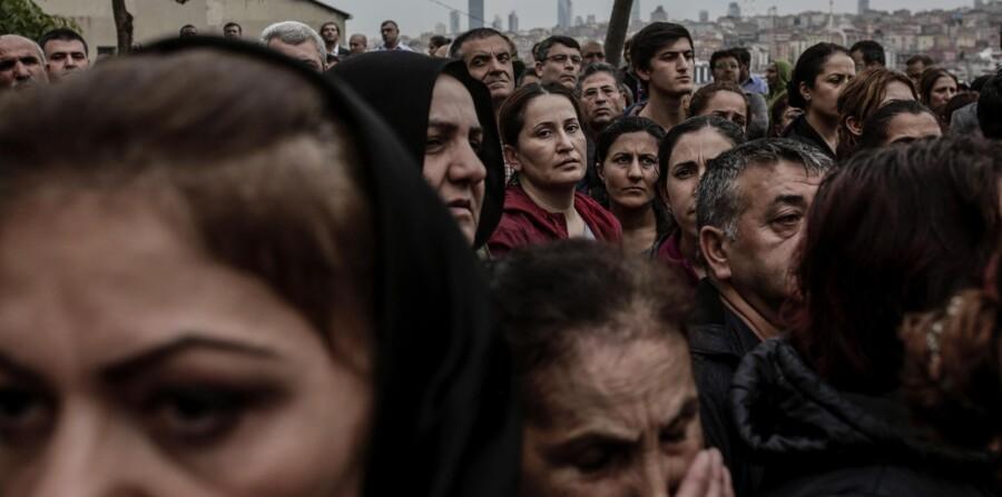 De mindst 95 ofre for to selvmodsbomber i Ankara lørdag var deltagere i en kurdisk fredsmarch, der samlede deltagere fra hele Tyrkiet. Her begraves et af ofrene i Istanbul. Foto: Yasin Akgul/AFP