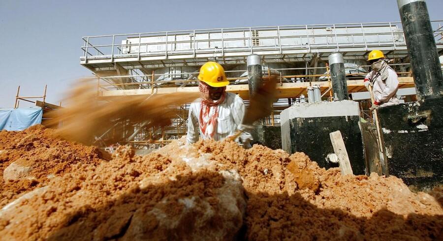 Planerne om en børsnotering kommer på et tidspunkt, hvor olieprisen befinder sig på det laveste niveau i omkring 12 år, hvilket presser indtjeningen for selskabet og dermed dræner Saudi-Arabiens statskasse.