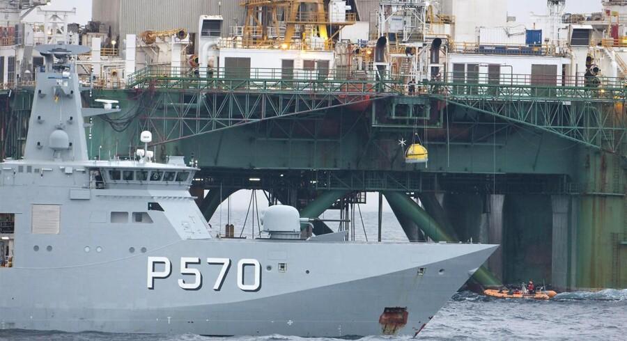 """Politi fra flådefartøjet """"Knud Rasmussen"""" anholder og fjerner Greenpeace-aktivister på Cairn Energys borerig """"Leiv Eiriksson""""."""