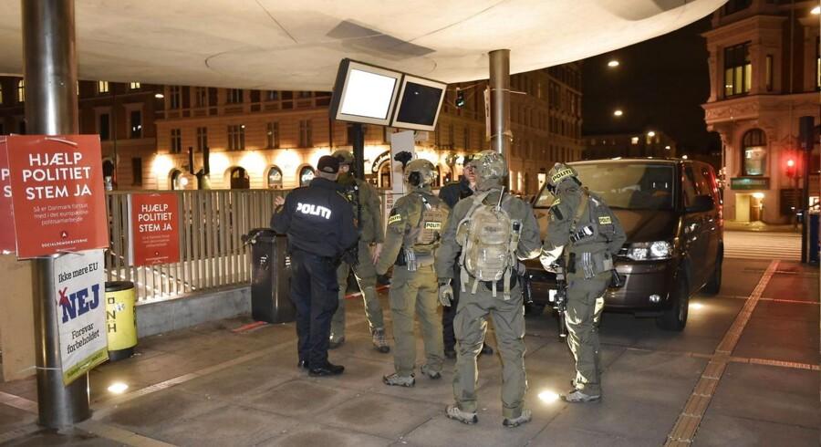 Rygterne om et muligt terrorangreb på Nørreport Station bredte sig fredag fra SMS til de sociale medier, og i løbet af aftenen skød Google-søgningerne på »terror Nørreport« i vejret. Politiet mødte senere fredag talstærkt op, efter at bekymrede borgere havde henvendt sig om mistænkelige personer.