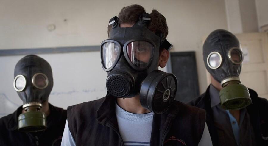 Arkivfoto: Frivillige har iført sig gasmasker under en øvelse i håndtering af kemiske angreb i det nordlige Syrien.