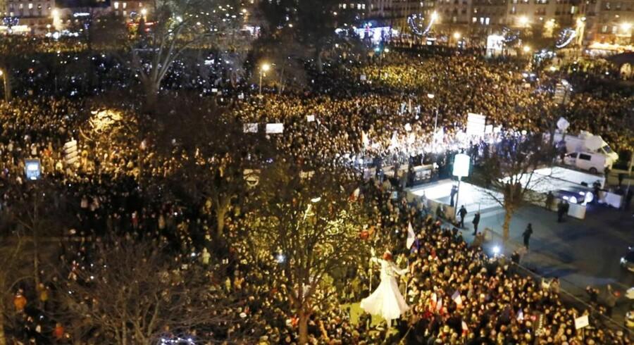 Mennesker på gaden i Paris.