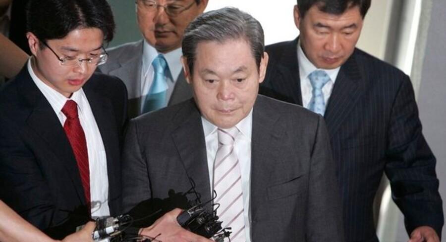 Lee Kun-hee, Samsungs tidligere bestyrelsesformand, ankommer til retten i den sydkoreanske hovedstad Seoul. Foto: Jo Yong-hak/Scanpix