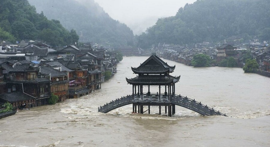 En kraftig tyfon har foreløbigt krævet 18 menneskeliv i det sydlige Kina. 94 er tidligere blevet dræbt i uvejret i Filippinerne, og tyfonen bevæger sig nu mod Vietnam.
