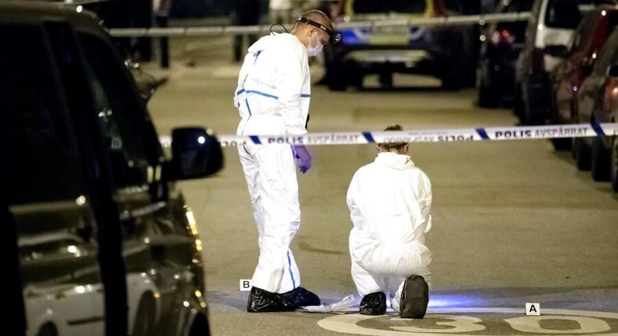 Politiet leder efter fire mænd, som vidner har set forlade gerningsstedet på to knallerter.