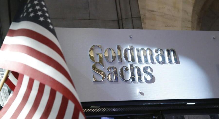 Sløv omgang med fortrolige papirer har fået Goldman Sachs til at afskedige to ansatte.