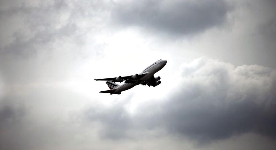 »Vi skal gribe ind nu, hvis vi skal bevare en høj flyvesikkerhed. Derfor mener vi, at der skal være krav om, at mindst 75 procent af et flyselskabs piloter skal være direkte tilknyttet flyselskabet,« siger Jonas Dahl, gruppeformand i SFs folketingsgruppe.