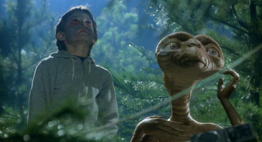Det charmerende rumvæsen E.T. fra Spielberg-filmen af samme navn ville ringe hjem. Det samme forsøger en mindre charmerende zombiehær af virusramte computere at gøre - og på onsdag, 1. april, vil de formentlig under dække af andre løjer slå til. Foto: Scanpix